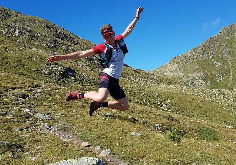 Giovane ragazzo che salta con molta energia in mezzo alle montagne - outdoorsoul.it