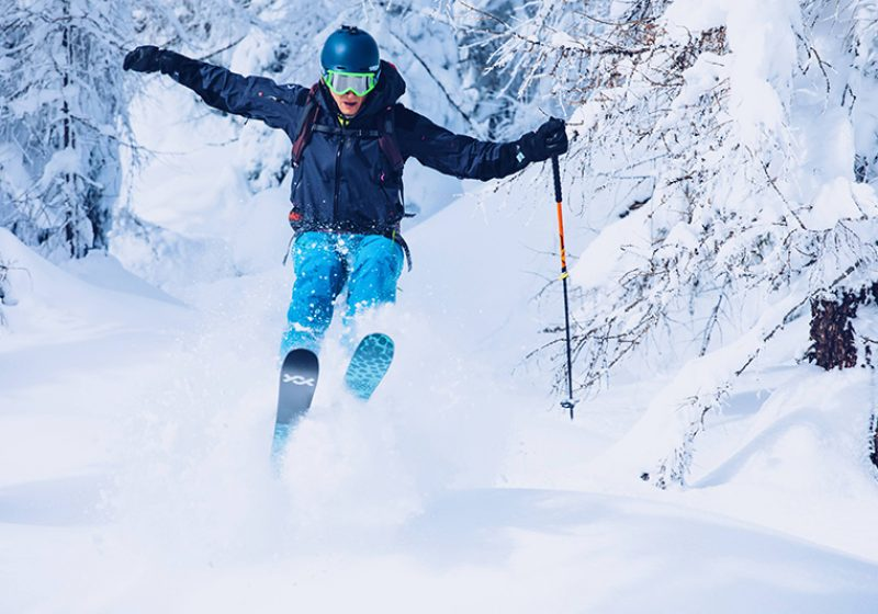 Freeride, sciatore fa un salto in volo nella neve polverosa - outdoorsoul.it