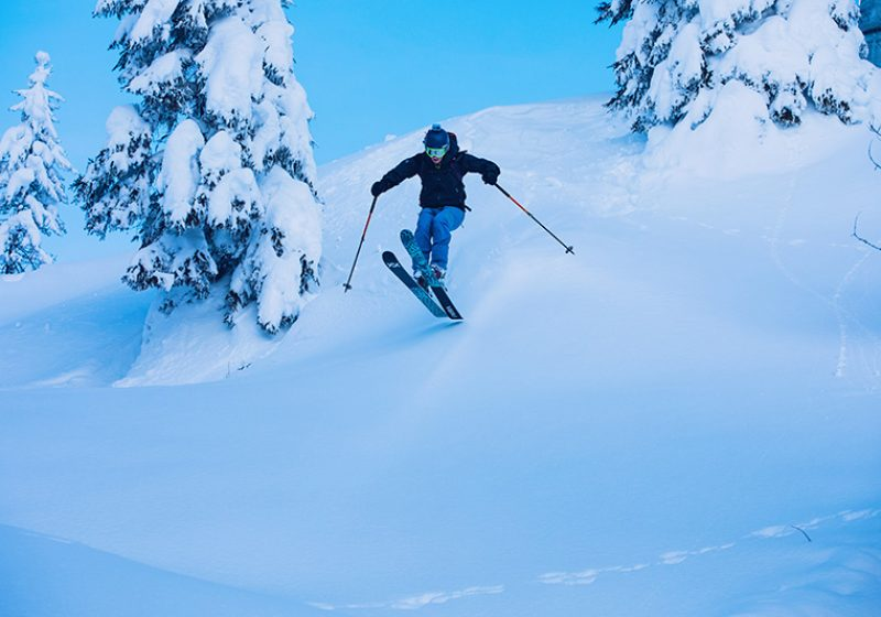 Freeride, sciatore che salta nella neve - outdoorsoul.it