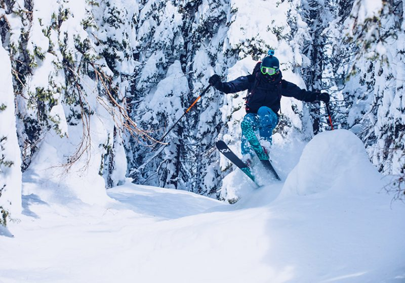 Freeride, sciatore salta nella neve fresca- outdoorsoul.it