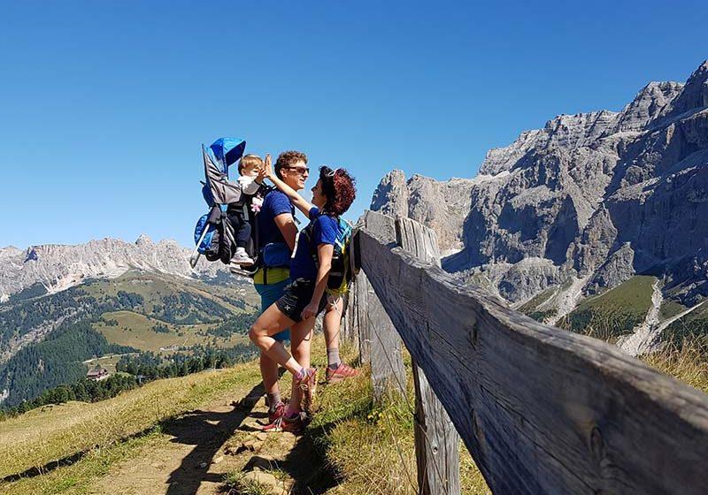 Trekking, famiglia in mezzo alle montagne che guarda il paesaggio - outdoorsoul.it